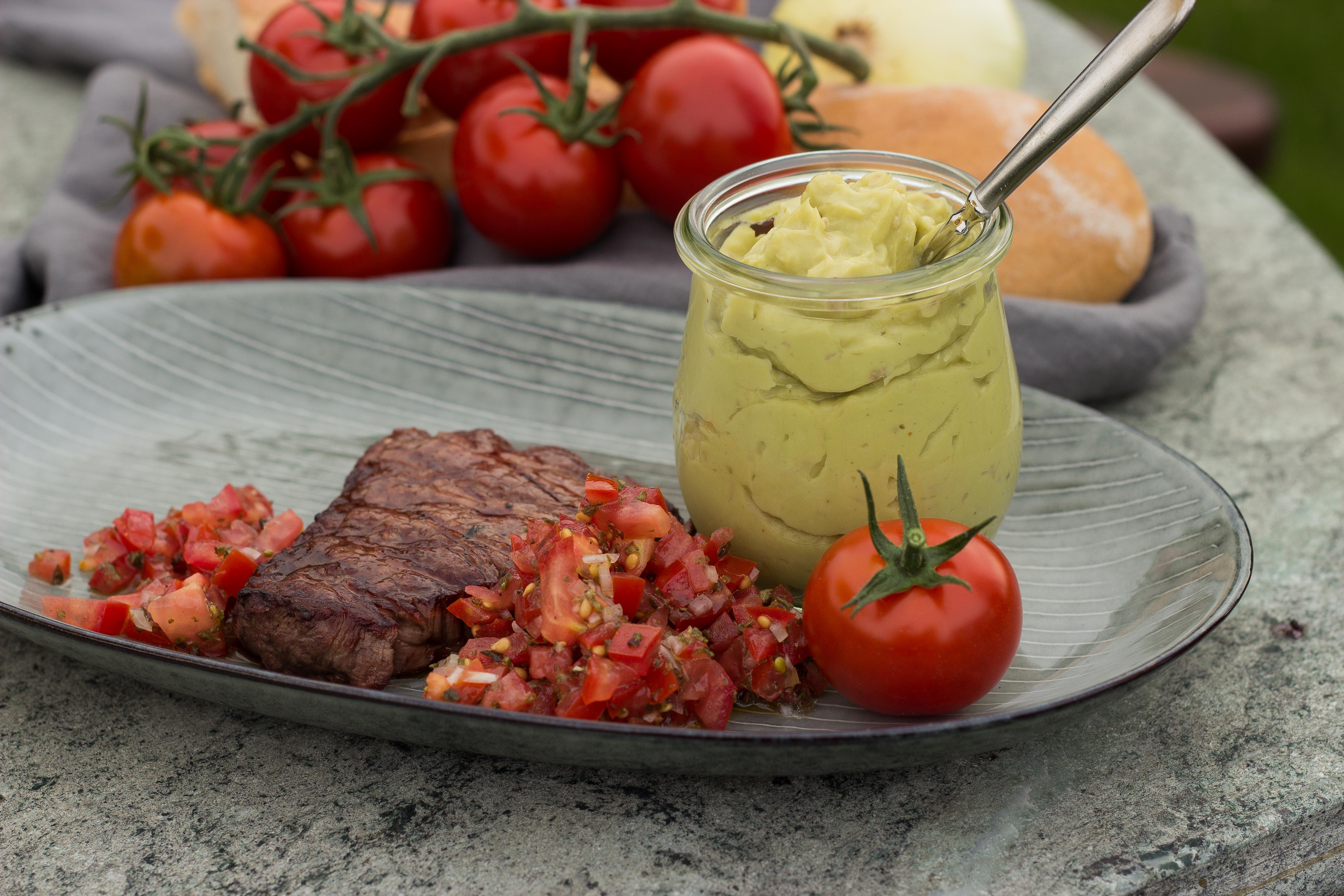 wagyu rinderfilet mit guacamole und tomatensalsa zucker st ckchen. Black Bedroom Furniture Sets. Home Design Ideas